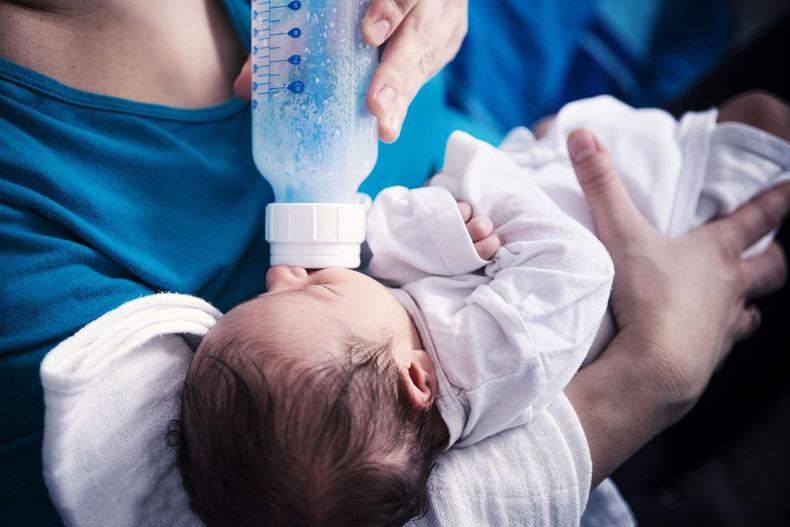 alimentando a un bebe recien nacido